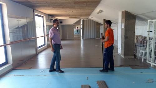 La Regidoria d'Esports renova el parquet de la sala de ball del poliesportiu