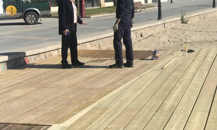 Benicàssim renova l'entrada al Punt Accessible de la platja de l'Almadrava