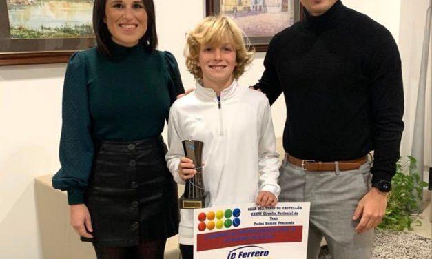 Galí rep al tenista Pedro Montero després de la seua victòria en el circuit provincial