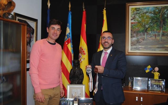L´Alcalde de Vila-real felicita el ciclista Sebastián Mora per les dues medalles en el Mundial de Berlín i la seua segona classificació olímpica