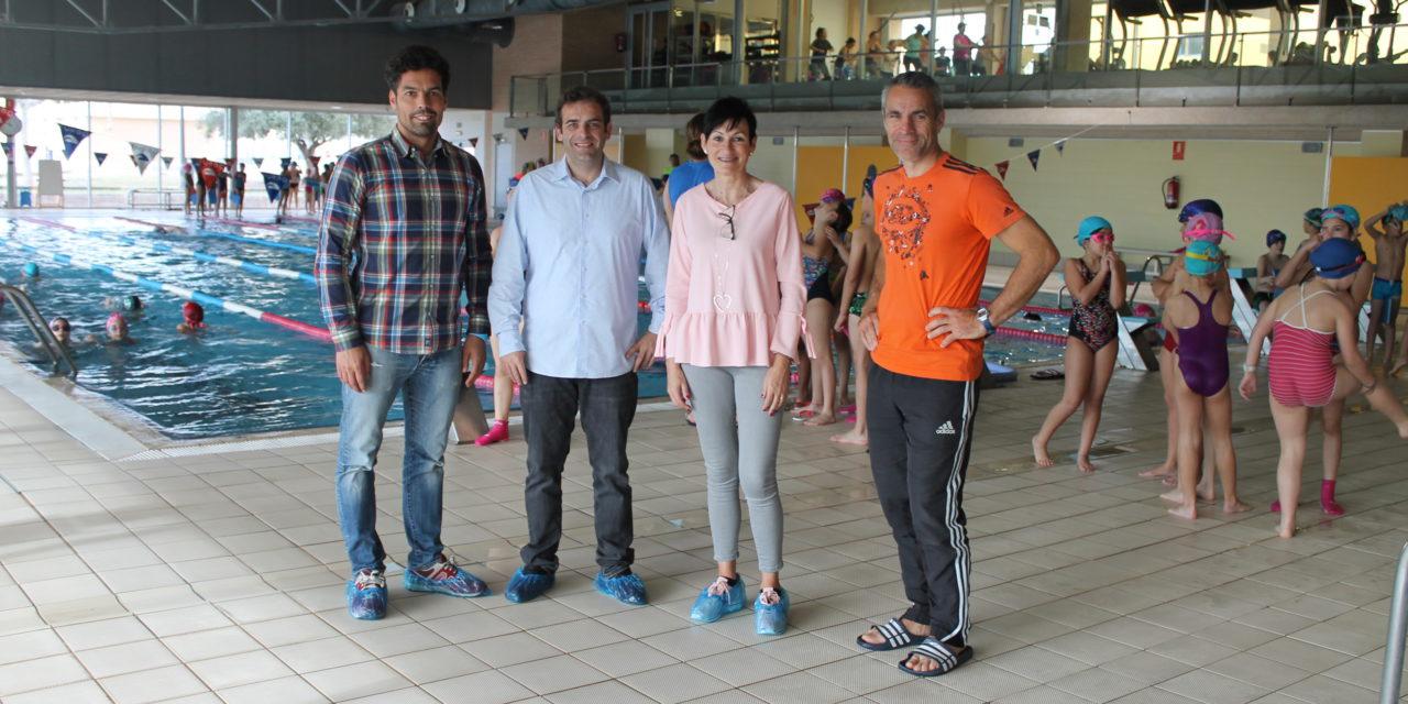 Escolars reben classes de natació en la piscina municipal